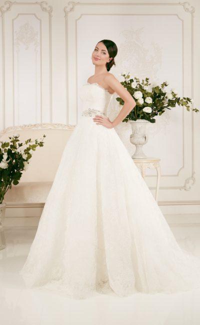 Кружевное свадебное платье «принцесса» с поясом, расшитым бисером, и болеро.