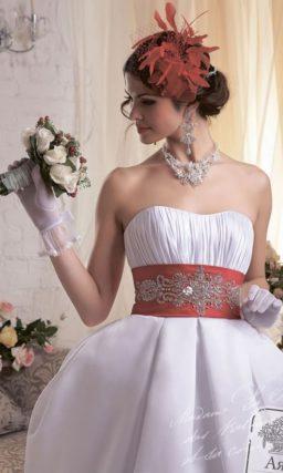 Эксцентричное свадебное платье с пышной юбкой силуэта «тюльпан» из атласа.