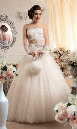 Пышное свадебное платье с глянцевым кружевом на юбке и широким атласным поясом.