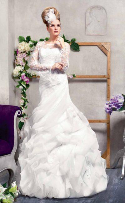 Эксцентричное свадебное платье с силуэтом «рыбка», длинным рукавом и оборками на юбке.