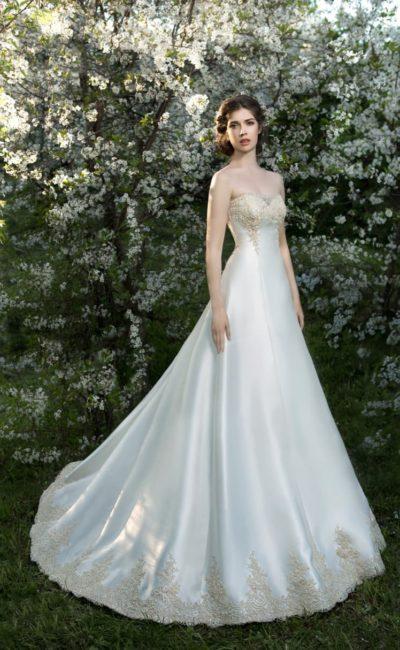 Восхитительное свадебное платье А-силуэта из атласной ткани, на лифе украшенной вышивкой.