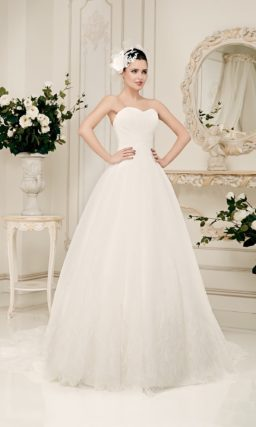 Открытое свадебное платье силуэта «принцесса» с декором из драпировок на корсете.