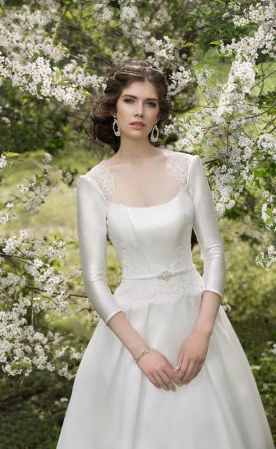 Закрытое свадебное платье из плотного атласа, с юбкой А-силуэта и ажурным краем выреза.