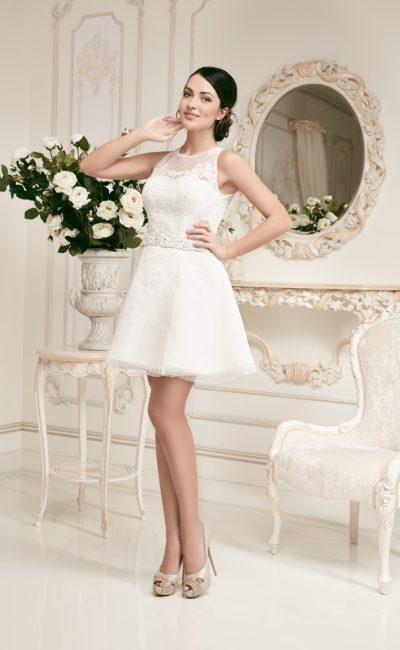 Короткое свадебное платье с пышной юбкой и ажурной отделкой верха.