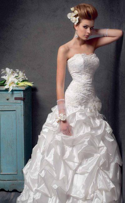 Открытое свадебное платье силуэта «принцесса» с украшенным бисером лифом и глянцевой юбкой.