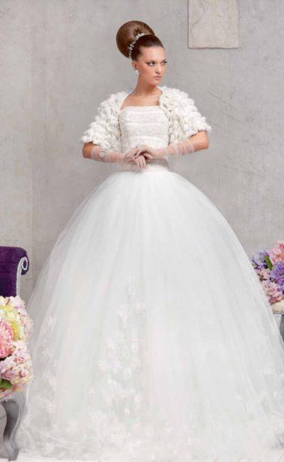 Открытое свадебное платье с пышной юбкой и коротким болеро, украшенным мехом.