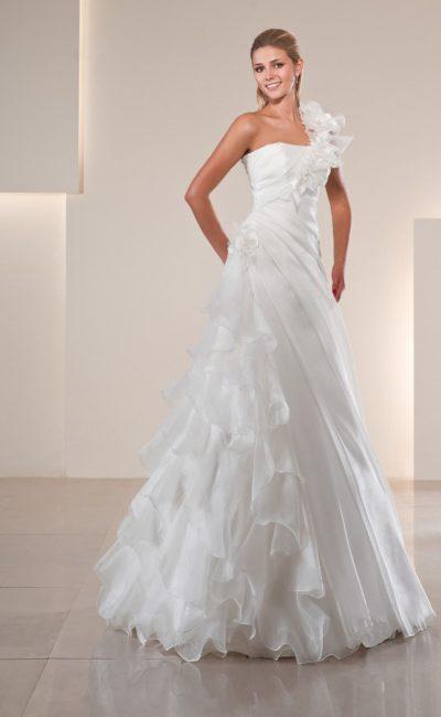 Эксцентричное свадебное платье А-силуэта с асимметричным лифом и тонкими оборками на юбке.