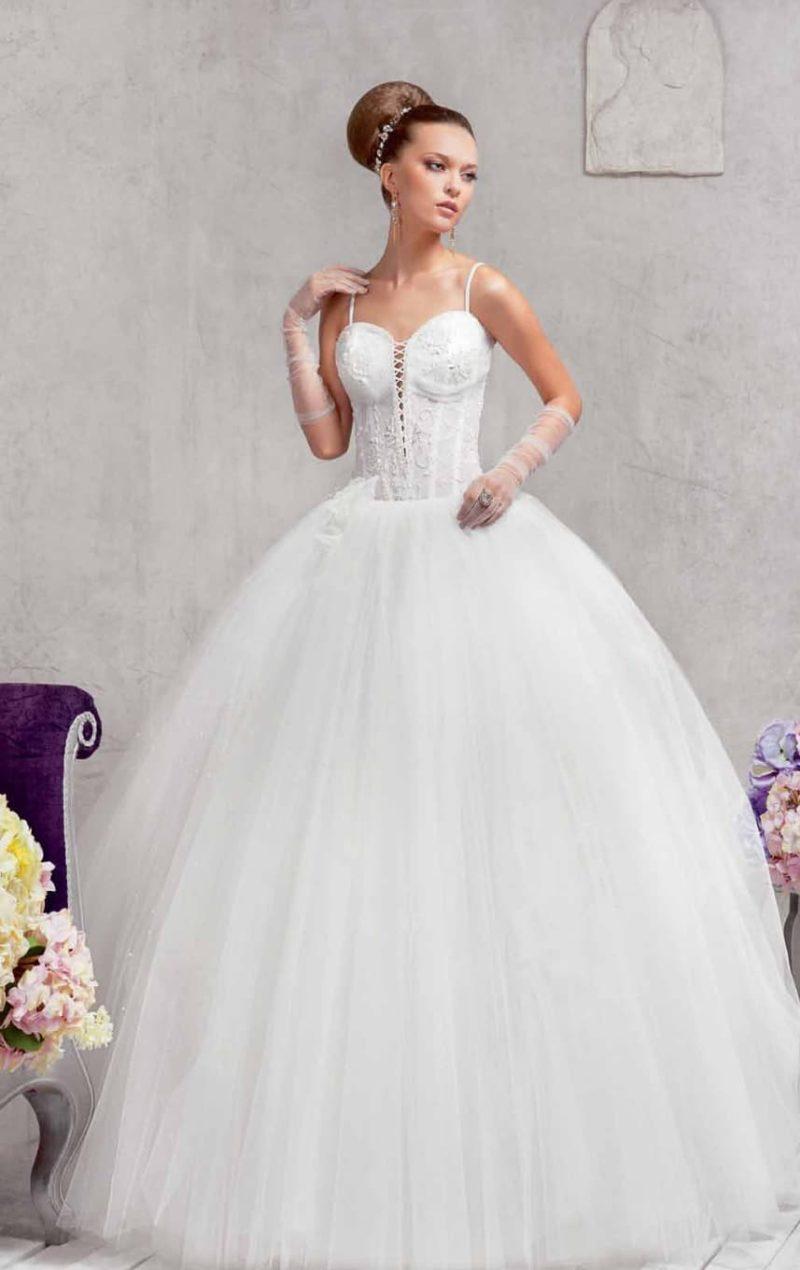 Пышное свадебное платье с соблазнительным корсетом, открытым глубоким вырезом с узкими бретелями.