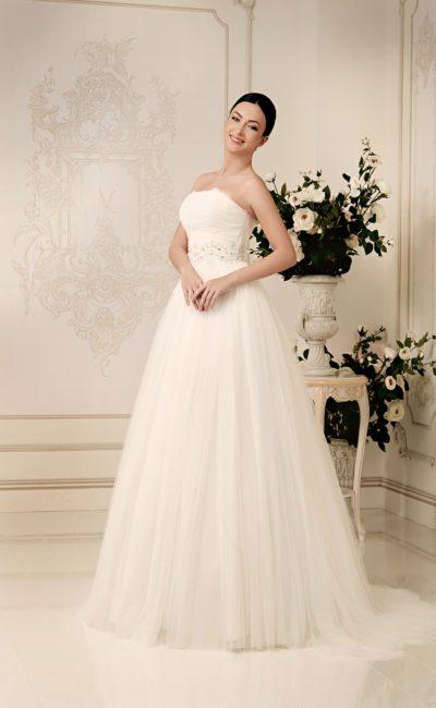 Открытое свадебное платье пышного силуэта с роскошным шлейфом и вышитым поясом.