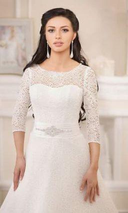 Свадебное платье «принцесса» с рукавами длиной в три четверти и широким расшитым поясом.