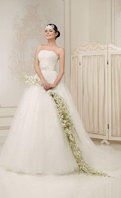 Пышное свадебное платье с открытым корсетом, широким поясом и длинным шлейфом.