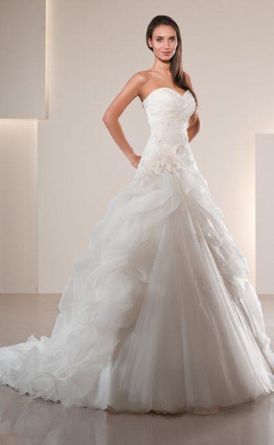 Открытое свадебное платье «принцесса» с объемной отделкой юбки со шлейфом.
