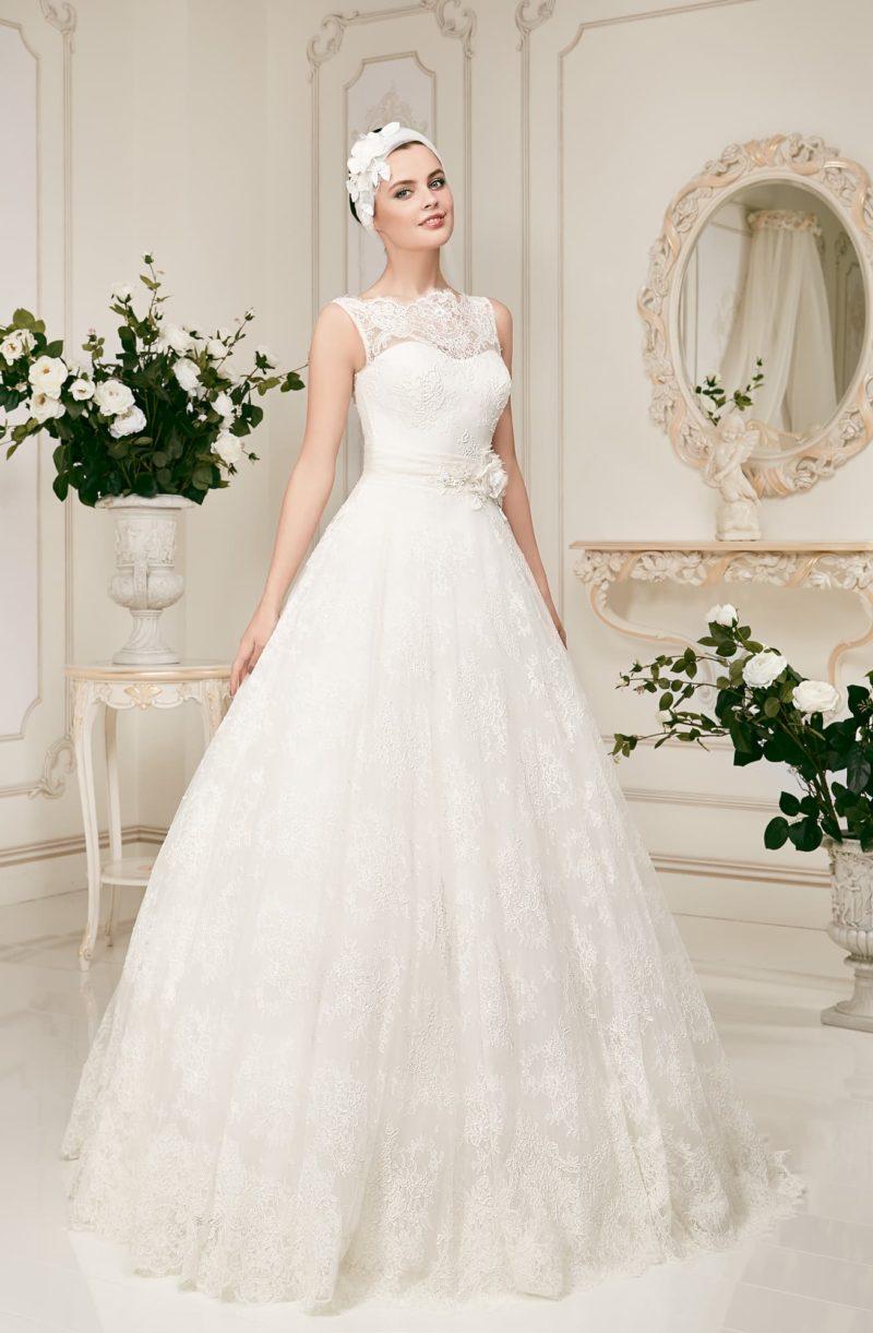 Пышное свадебное платье с кружевной отделкой и широким поясом.
