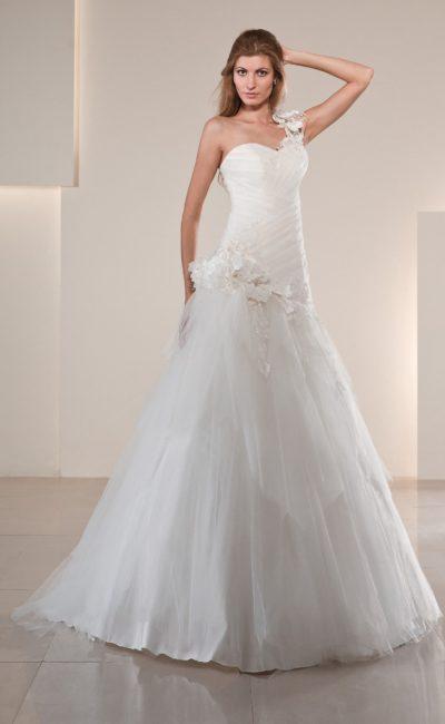 Свадебное платье «принцесса» с романтичным декором из крупных цветочных бутонов.