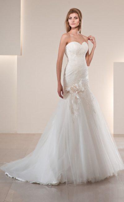 Кружевное свадебное платье «рыбка» с длинным шлейфом и бутоном на юбке.