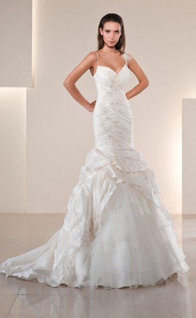 Облегающее свадебное платье «рыбка» из фактурной ткани с фигурными бретелями.