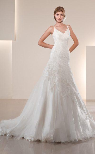 Свадебное платье А-силуэта с фигурным краем лифа и диагональной полосой аппликаций по подолу.