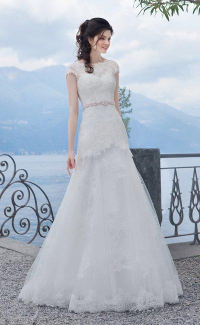 Закрытое свадебное платье «принцесса» с ажурными рукавами и поясом, украшенным бусинами.