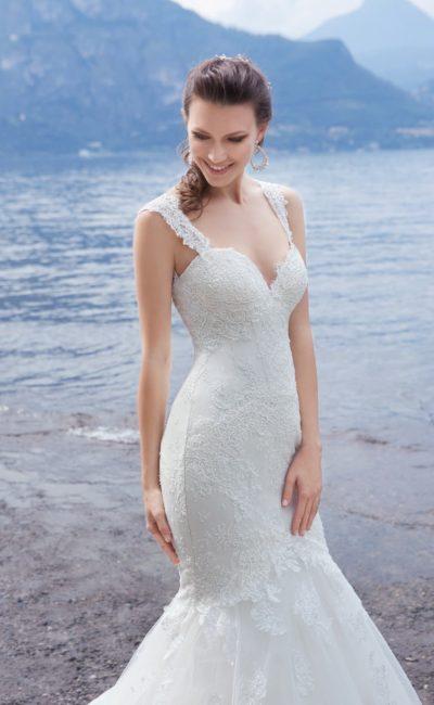 Облегающее свадебное платье «рыбка» с ажурными бретелями и небольшим шлейфом.