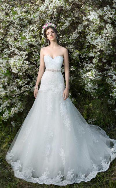 Открытое свадебное платье «принцесса» с длинным шлейфом, украшенным кружевом.