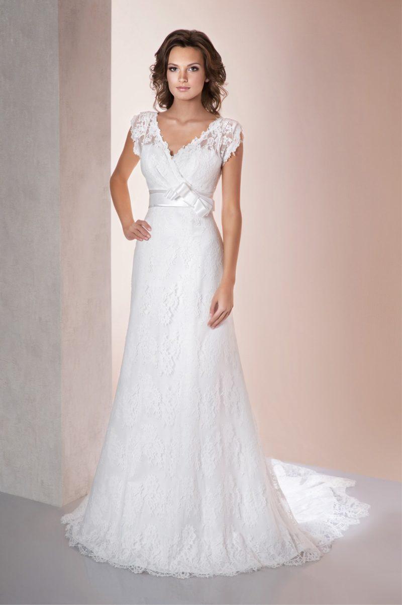Прямое свадебное платье с V-образным вырезом и коротким кружевным рукавом.
