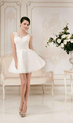 Короткое свадебное платье с пышной юбкой и ажурной отделкой корсета.