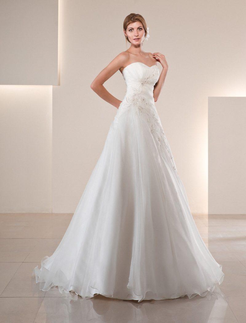 Свадебное платье «принцесса» с многослойной юбкой и сверкающей бисерной вышивкой на корсете.