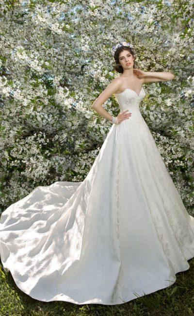 Пышное свадебное платье с открытым лифом в форме сердца и длинным шлейфом.
