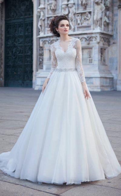 Закрытое свадебное платье с юбкой А-силуэта и женственным V-образным вырезом.