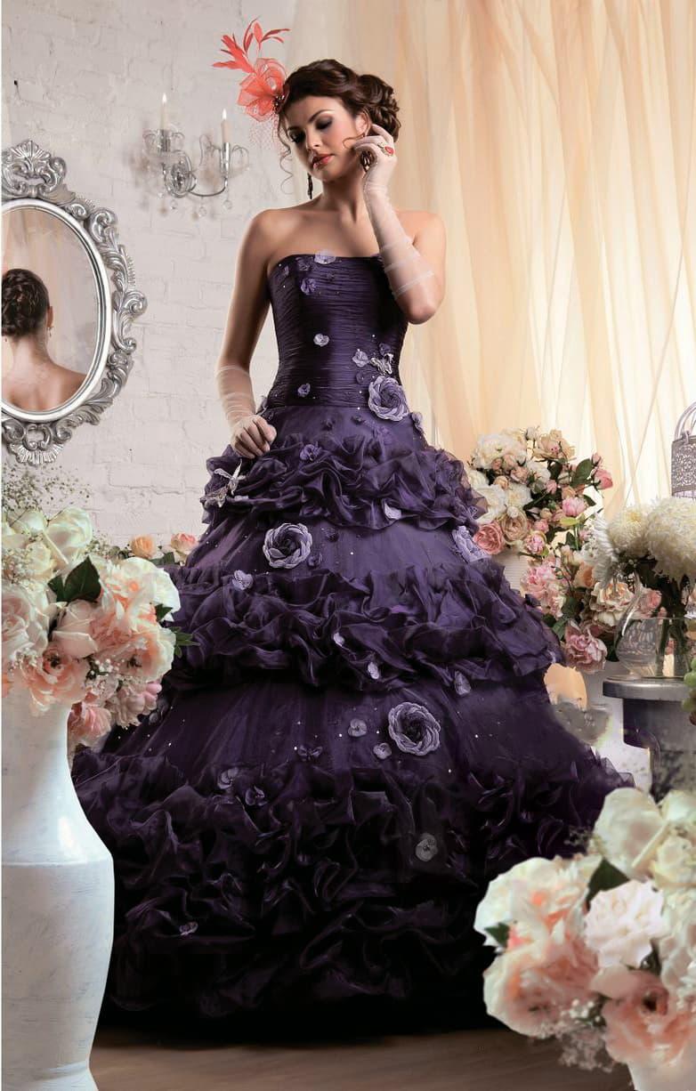 Пышное свадебное платье черничного цвета с отделкой из крупных объемных бутонов.