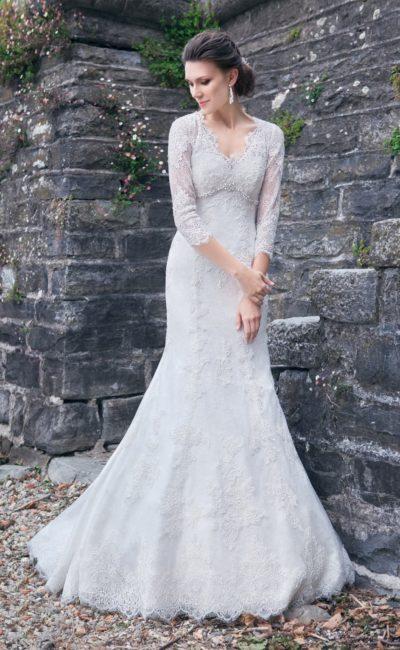 Свадебное платье с силуэтом «рыбка», V-образным вырезом и кружевными рукавами.