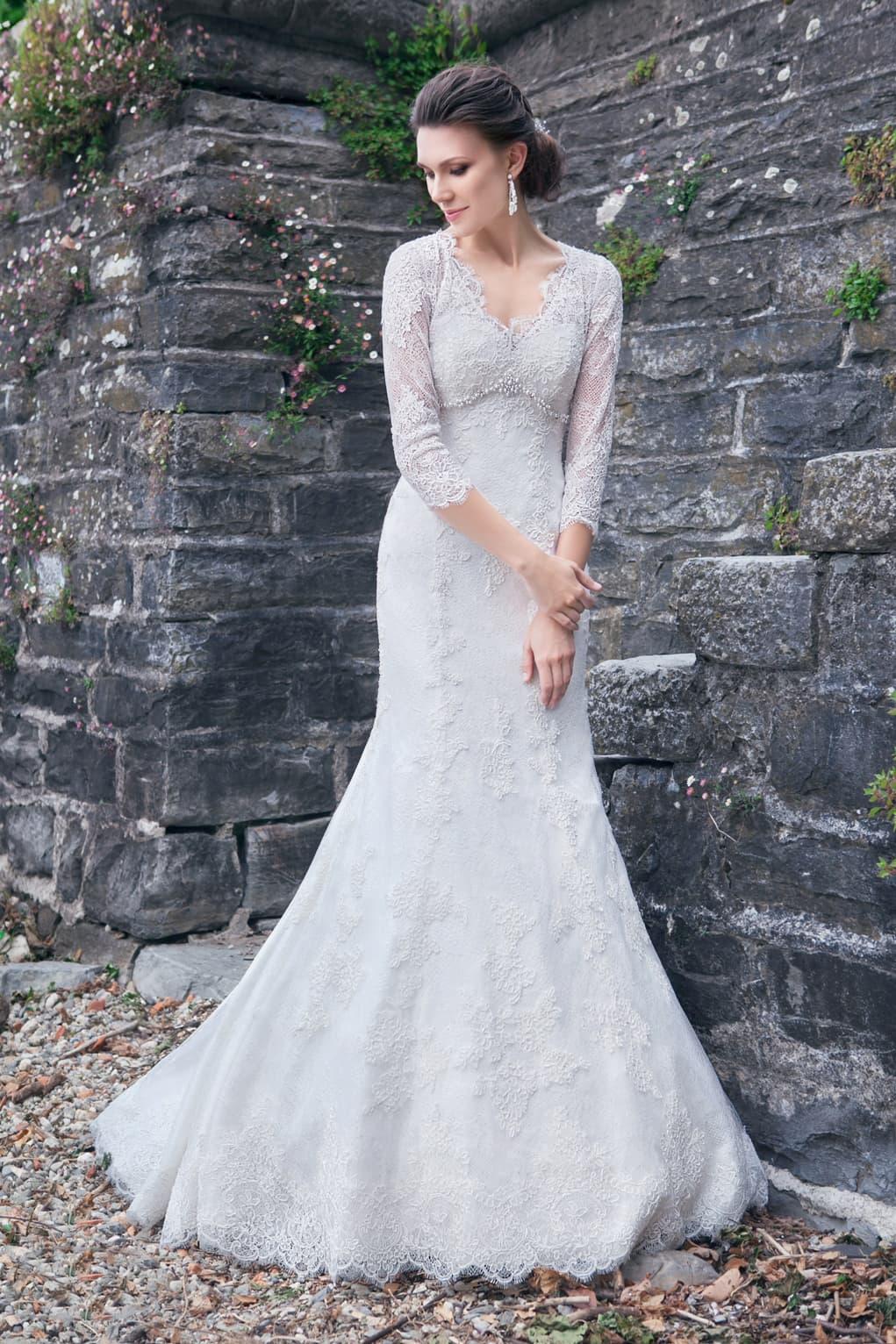 bdd1ab94f2dd53e Свадебное платье с силуэтом «рыбка», V-образным вырезом и кружевными  рукавами.
