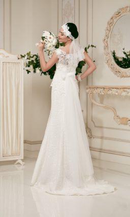 Прямое свадебное платье с отделкой из плотного кружева и пайеток.