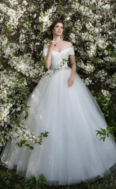 Элегантное свадебное платье с портретным декольте, многослойной пышной юбкой и вырезом сзади.