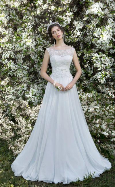 Прямое свадебное платье с широким округлым вырезом и атласным поясом на талии.