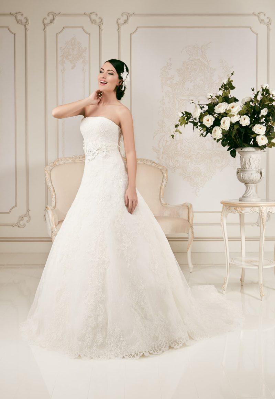 Свадебное платье с силуэтом «принцесса», кружевным декором и широким поясом.
