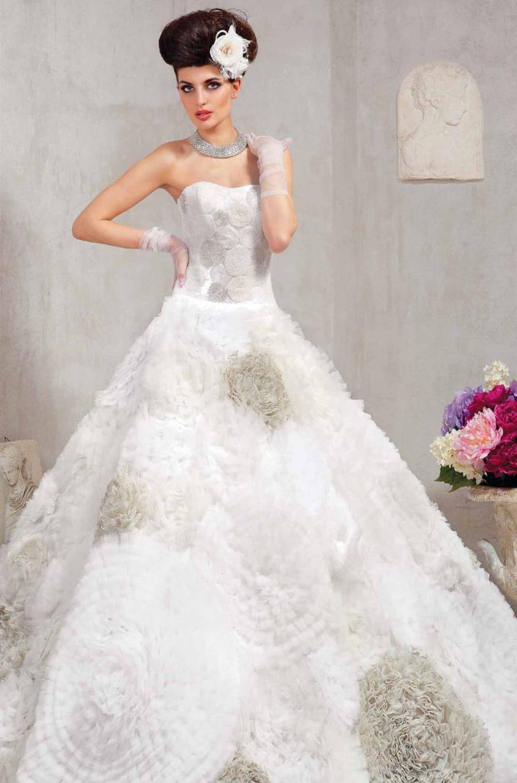 Эксцентричное свадебное платье силуэта «принцесса» с декором разных оттенков серебристого.