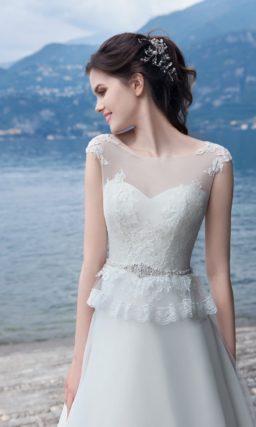 Свадебное платье «принцесса» с небольшой кружевной баской и элегантным шлейфом.