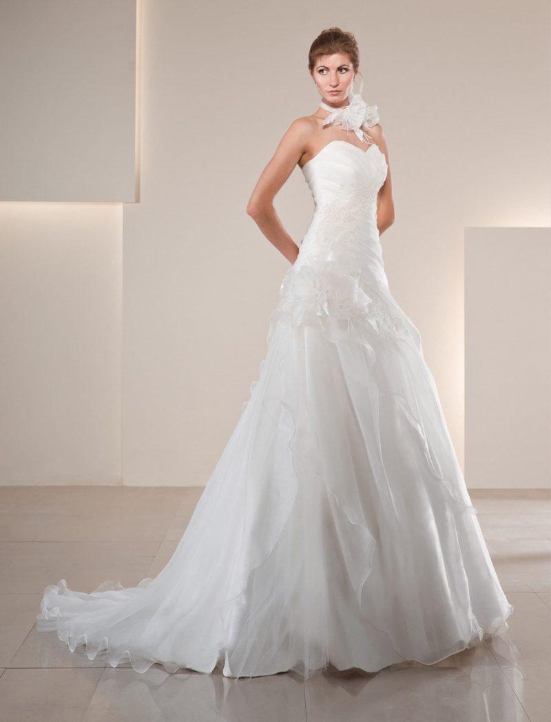 Свадебное платье силуэта «принцесса» с объемными драпировками по всей длине.