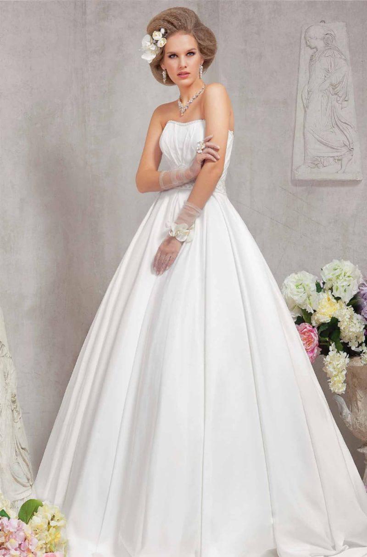 Атласное свадебное платье силуэта «принцесса» с открытым лифом, украшенным по краю бисером.