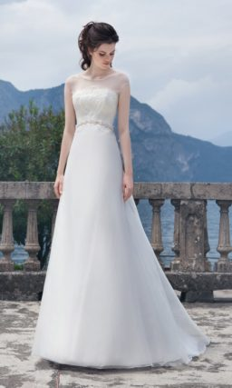 Прямое свадебное платье с короткими прозрачными рукавами и бисерным поясом.