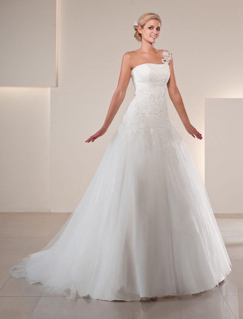 Свадебное платье «принцесса» со спускающейся по диагонали кружевной отделкой на лифе.
