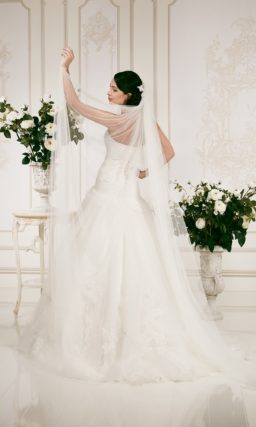 Открытое свадебное платье силуэта «принцесса» с лаконичным прямым лифом.