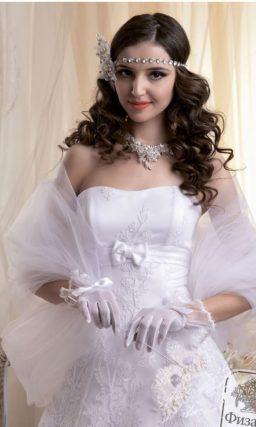 Короткое атласное свадебное платье с пышной юбкой и нежной вышивкой.