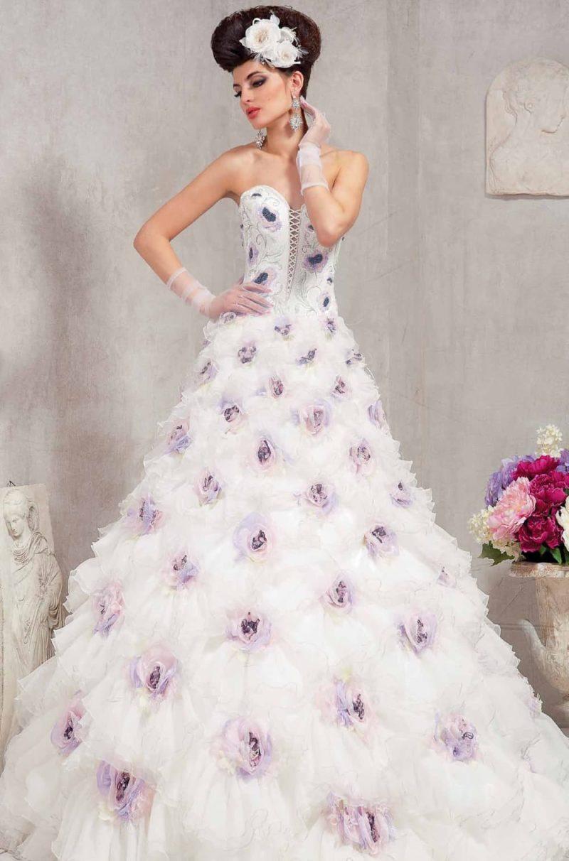 Открытое свадебное платье пышного силуэта с цветной отделкой в виде бутонов.