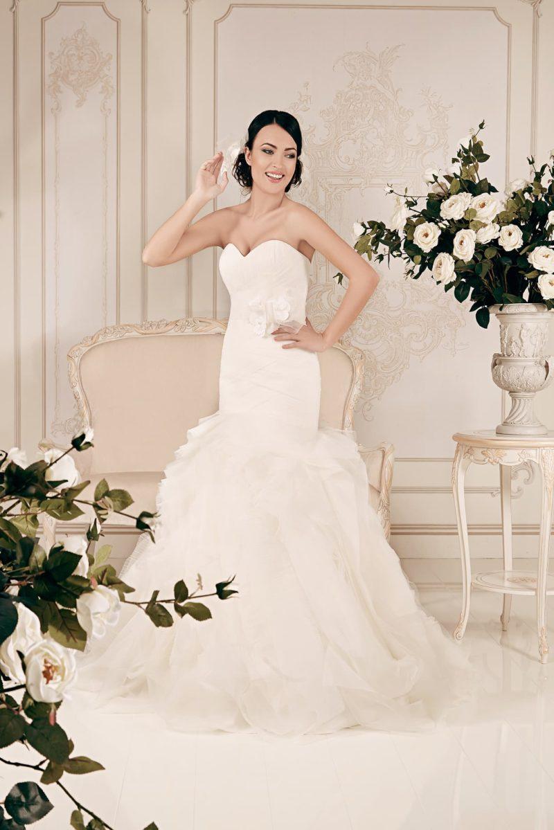 Свадебное платье силуэта «рыбка» с оборками на юбке и лифом в форме сердечка.