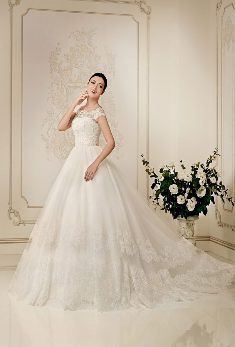 Кружевное свадебное платье пышного силуэта с портретным декольте и шлейфом.