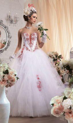 Пышное свадебное платье с открытым корсетом, украшенным алой шнуровкой и вышивкой.