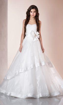 Свадебное платье А-силуэта с ажурной многоярусной юбкой и открытым корсетом с фигурным краем.