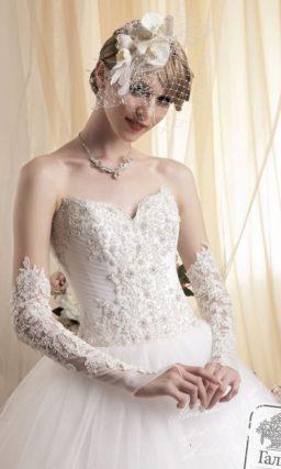 Пышное свадебное платье с аппликациями по подолу и болеро с меховой отделкой.